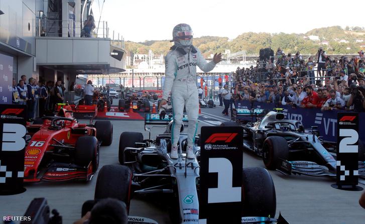 Lewis Hamilton győzelmét ünnepli