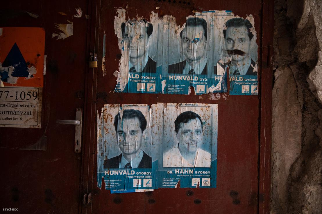 Hunvald 2002-es MSZP-s választási plakátja az egyik lebontásra ítélt Király utcai ház lépcsőházában
