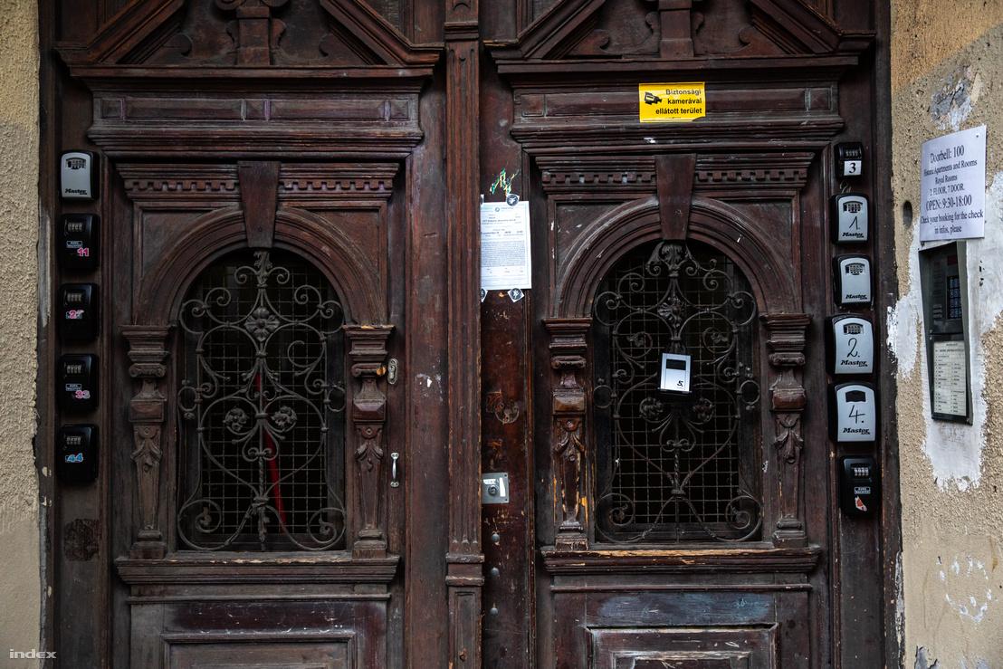 Airbnb lakások kulcsszéfjei az egyik Wesselényi utcai társasház bejáratán