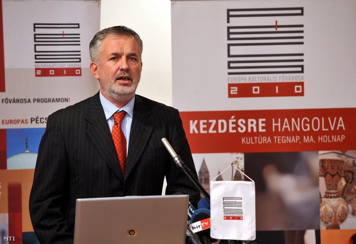 Páva Zsolt polgármester beszédet mond 2010-ben, amikor Pécs megkapja az Európa Kulturális Fővárosa címet