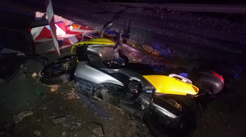 Lesodródott egy motoros az útról Zámolynál, meghalt az utasa