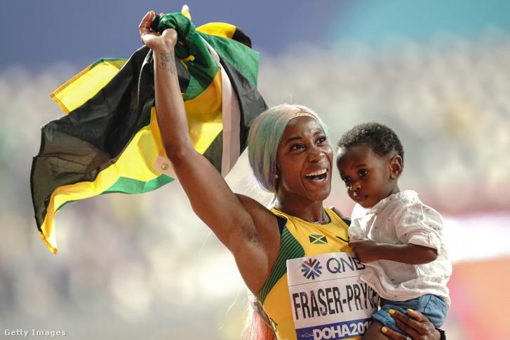 Shelly-Ann Fraser-Pryce és gyermeke a dohai atlétikai világbajnokságon