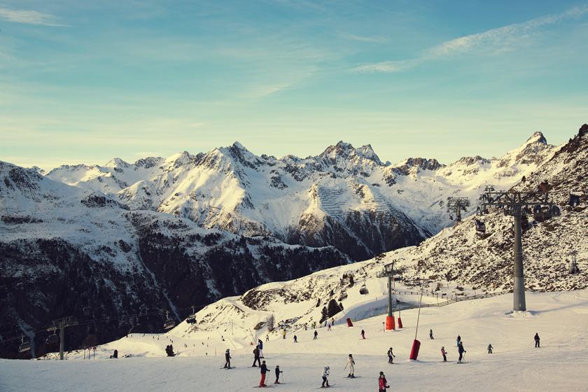 Tirol egyik legszebb és legjobb sípályája az Ischgl-Silvretta Arena, amelynek 238 kilométeres pályarendszere és 41 modern felvonója 3000 méter magas csúcsok között kanyarog. A faluból háromkabinos felvonó visz fel a síközpontig, a szezon pedig novembertől május elejéig tart.