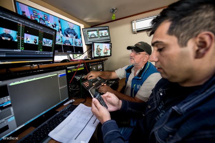 A Dikh műsorkészítői az EsteleDikh című beszélgetős műsor forgatása közben