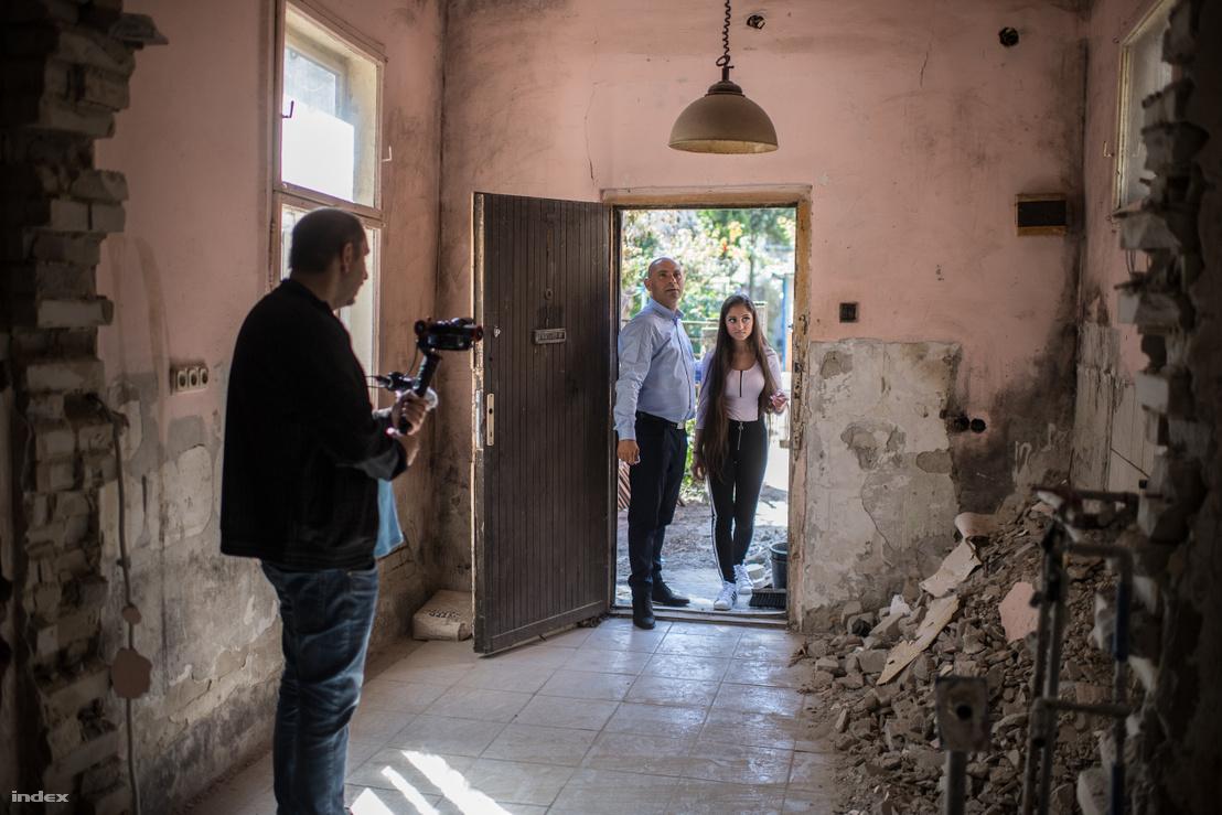 Balogh Elek (b), a Minden álmod rendezője, Szilvási István (j) és Rostás Dorina (k) főszereplő a sorozat forgatásán