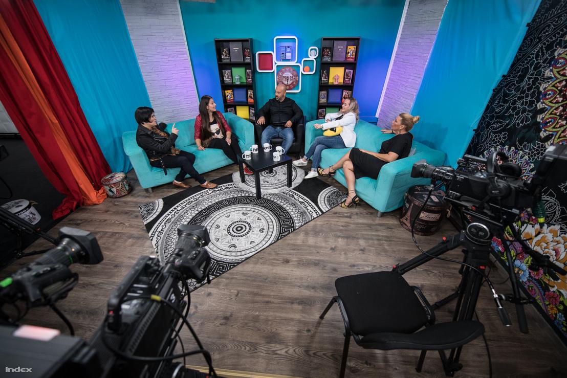 A Dikh TV EsteleDikh című beszélgetős műsorának forgatásán