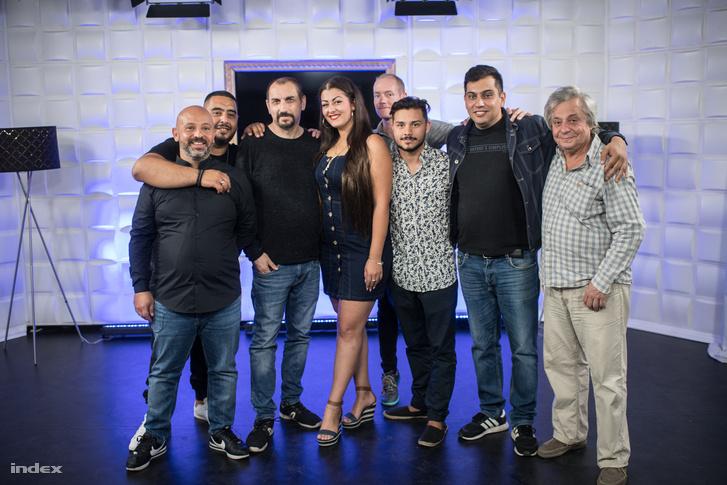 Balog Elek a Dikh TV műsorvezetőivel és más munkatársakkal