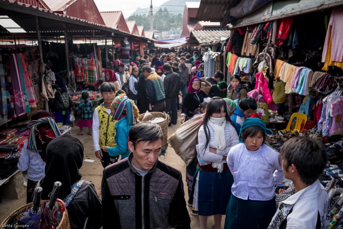 Textil- és ruhapiac Vietnám Kínával határos részén 2016-ban. A Transz-csendes-óceáni Partnerség egyik legfőbb haszonélvezője Vietnám volt a Kínával folytatott kedvező gazdasági tevékenység következtében. Donald Trump hatalomra kerülésekor a partnerség visszavonásával fenyegetett, amire Kína válasza aRCEP létrehozása volt.