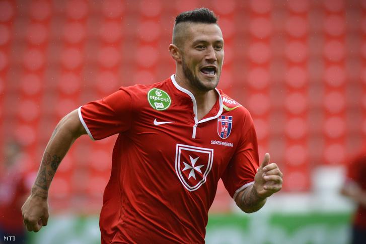 A székesfehérvári Feczesin Róbert örül a gólnak a labdarúgó OTP Bank Liga 26. fordulójában játszott DVSC-TEVA - Videoton FC mérkõzésen a debreceni Nagyerdei Stadionban 2015. május 2-án.