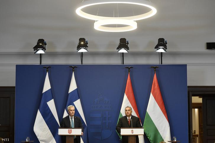 Orbán Viktor miniszterelnök (j) és Antti Rinne tárgyalásukat követően tartott sajtótájékoztatón a Karmelita kolostorban