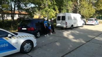 Ketten is ültek az autóban, amit egy román kisbusz szabálytalanul vontatott