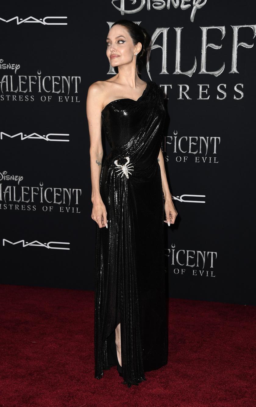 Angelina Jolie-nak remekül áll ez a merészebb stílus - régen számos hasonló ruhát láthattunk rajta.