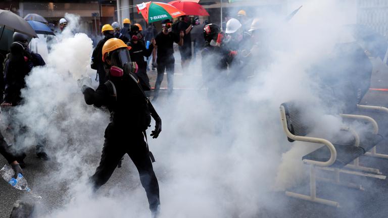 Eldurvult a helyzet Hongkongban, egy tüntetőt meglőttek