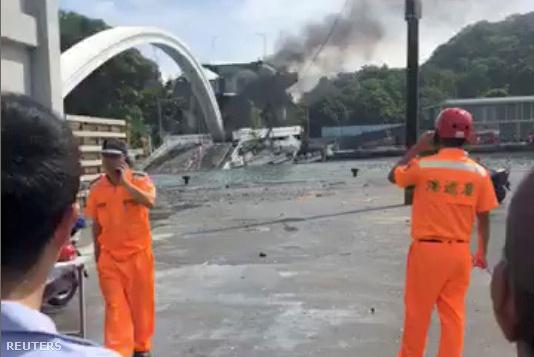 A Nanfankao hídról (pinyin átírással Nánfāng'ào Yúgǎng) lezuhanó teherautó három halászhajót zúzott össze, melyekben több ember is bennrekedt, írja az MTI a  Formosa TV nevű tajvani televíziós csatornára hivatkozva.