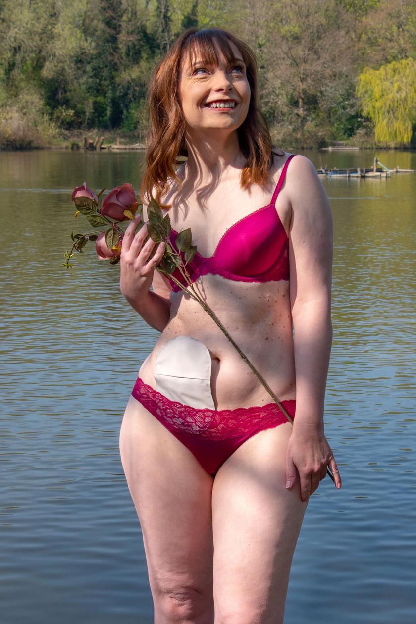 - Valami nagyon egyedit, különlegeset szerettünk volna összehozni, és azt akartuk, hogy a modellek csodásnak és elbűvölőnek lássák magukat a sztómazsákkal is - mondta a Metro oldalának Lauren Henderson, az ötlet kitalálója.