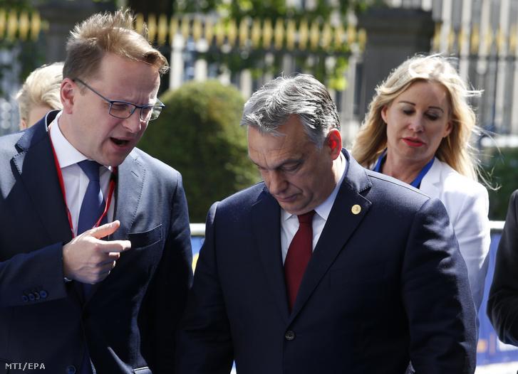 Várhelyi Olivér nagykövet a brüsszeli Állandó Képviselet vezetője (b) és Orbán Viktor miniszterelnök érkezik az Európai Néppárt (EPP) vezetőinek ülésére Brüsszelben 2018. június 28-án