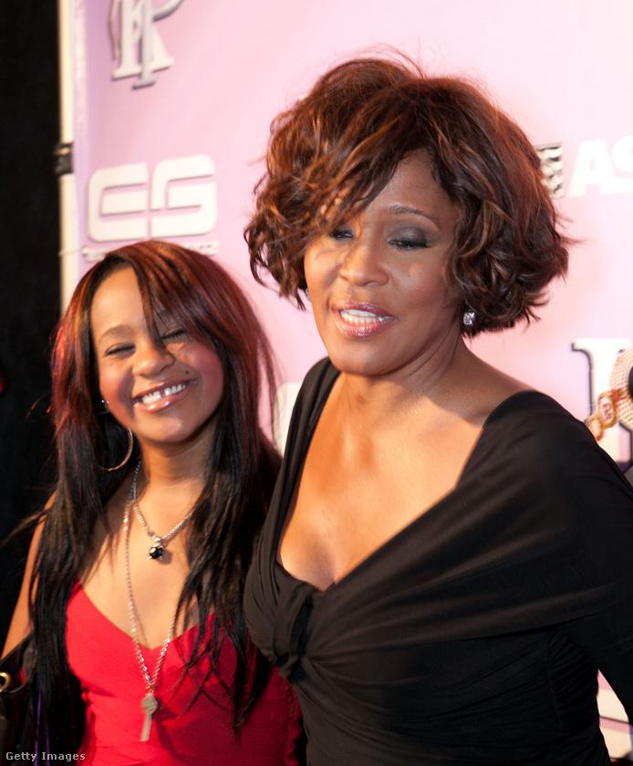 És ez a kép 2012 egyik legfontosabb fotója: ez volt az utolsó alkalom február 9-én, hogy Whitney Houston lányával, Bobbi Christina Brownnal együtt megjelent egy sajtónyilvános eseményen