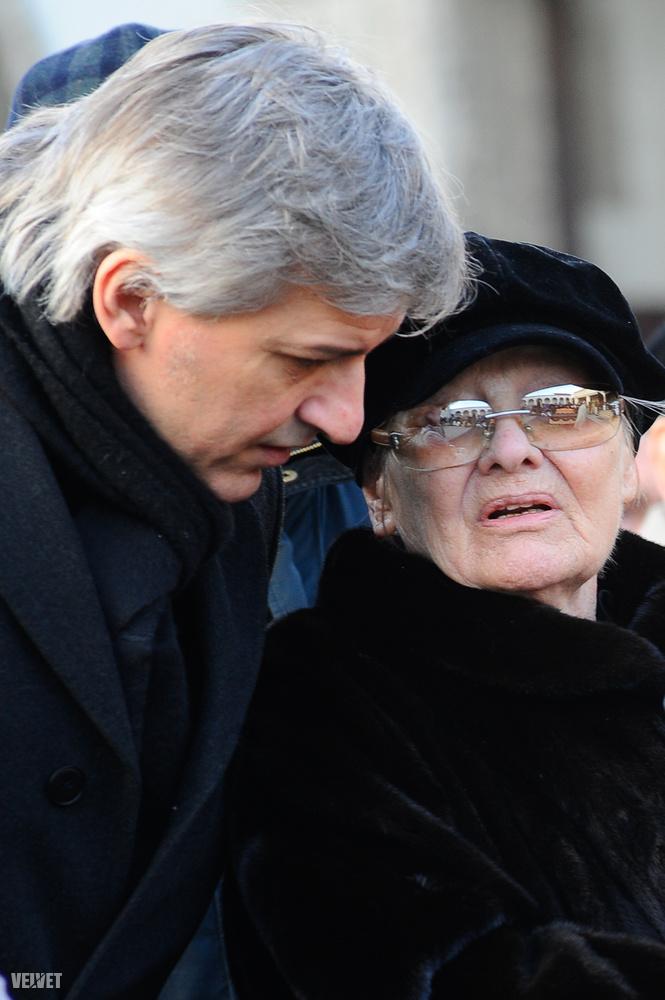 De koncentráljunk egy kicsit Magyarországra, és próbáljunk nagyjából időrendi sorrendben haladni! 2011 legvégén két híresség halála rázta meg az itthoni közvéleményt: Mary Zsuzsi énekesnő szenteste öngyilkos lett, december 30-án pedig Garas Dezső színész hunyt el