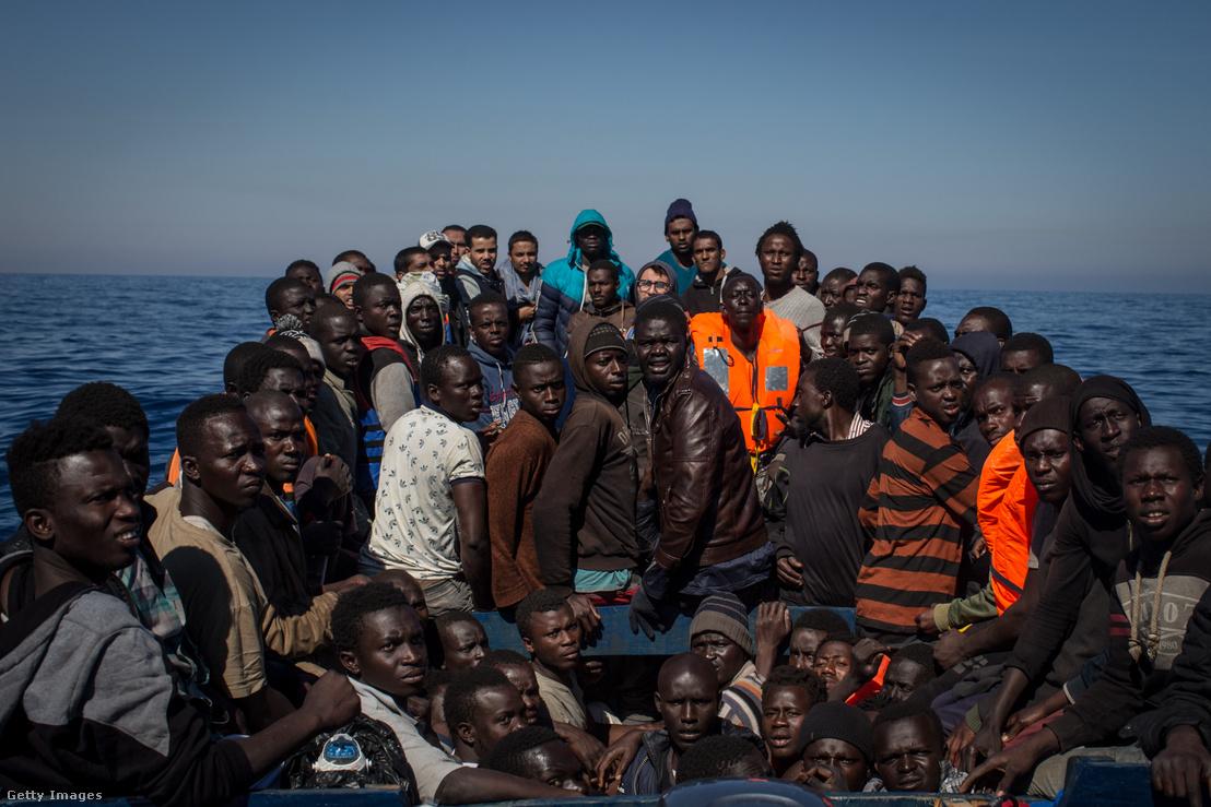 Menekültekkel teli csónak Olaszország partjainak közelében 2017 májusában