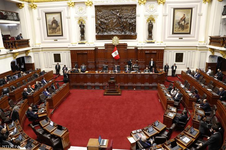 Perui képviselők a parlament üléstermében Limában 2019. szeptember 30-án. Martín Vizcarra perui elnök feloszlatta az ország ellenzéki többségű parlamentjét és este televíziós üzenetben jelentette be hogy alkotmányos jogkörével élve új választásokat fog kiírni.