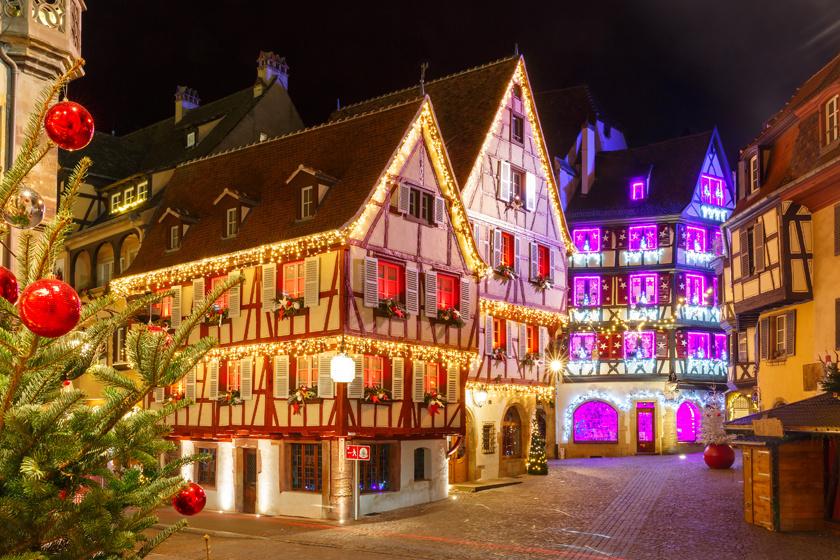 Az élénk, színes kisváros a karácsony közeledtével mutatja meg igazán varázslatos arcát. A település olyan képet fest az ünnepek előtt és közben, mintha egy tündérmese lapjaira tévedtél volna.