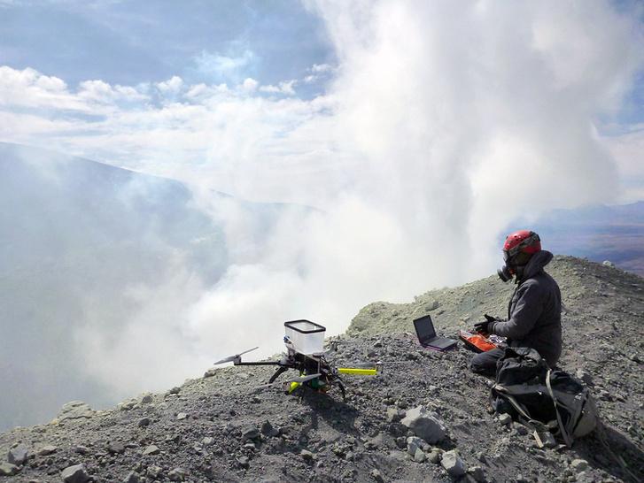 Egy a projektben részt vevő vulkanológus drónnal vesz mintát az észak-chilei Lascar-vulkán által kibocsátott gázokból