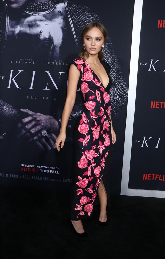 Pedig több filmben is feltűnt már a Lily-Rose Dep, aki most éppen a The King című film premierjén pompázott ebben a merészen dekoltált, aszimmetrikus mintás ruhában