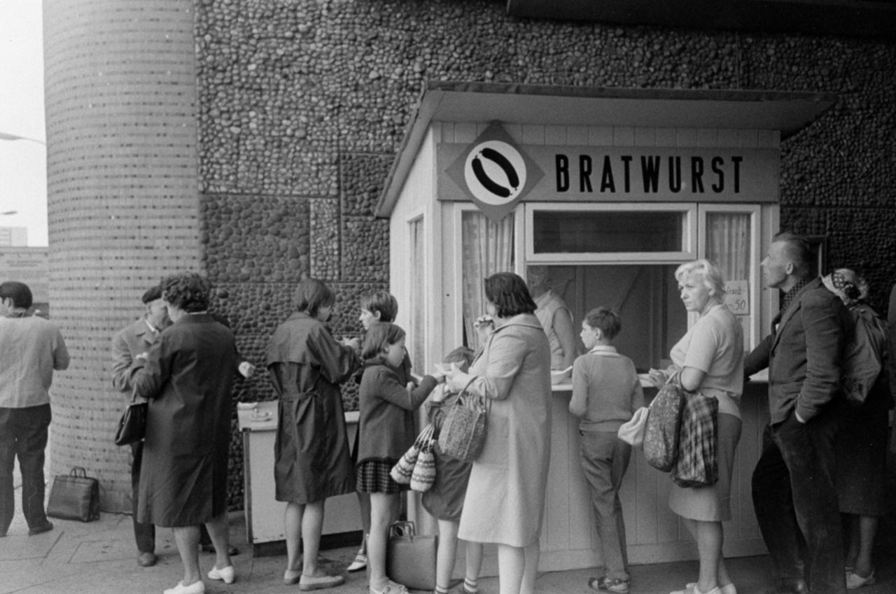 A közös német múltat nem lehetett végkép eltörölni, a gasztronómiában semmiképpen. A sült kolbász, a Bratwurst megmaradt. A külföldiek Németország-képét ma is három dolog határozza meg: a sör, a Bratwurst és a német savanyú káposzta (Sauerkraut).