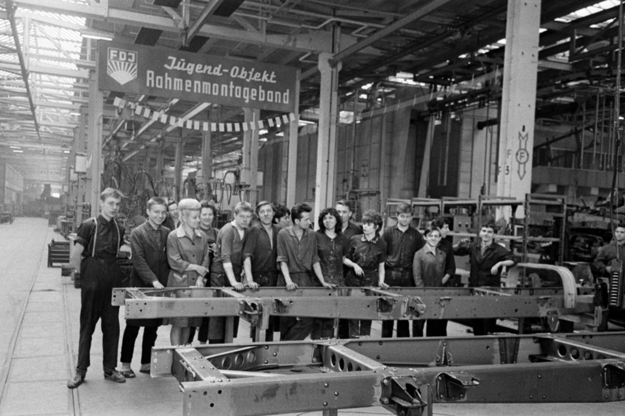 Ahogy Magyarországon, az NDK-ban is volt KISZ, amit FDJ-nak, Szabad Német Ifjúságnak hívtak.