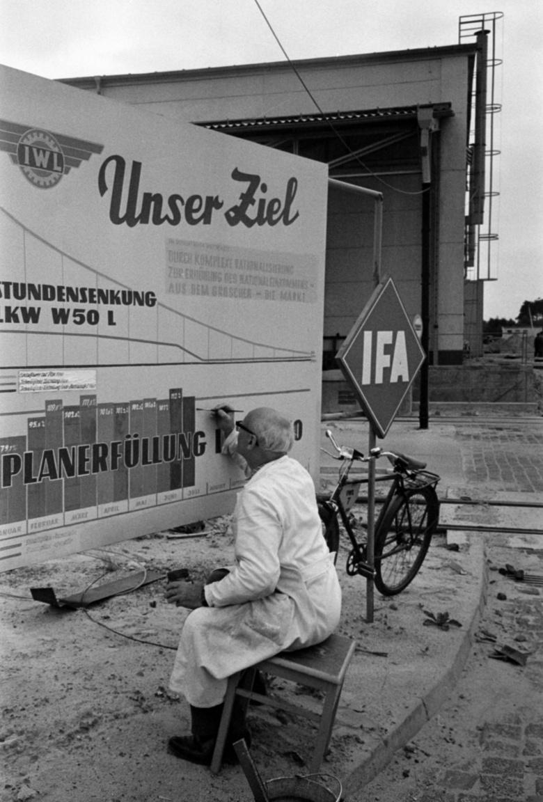 Szocialista tervgazdaság és munkaverseny, a terv túlteljesítve a Ludwigsfeldei Iparművekben (IWL), ahol a motorok, robogók mellett a legendás IFA teherautók is készültek. A gyár a német újraegyesítés után a Daimler AG része lett, ahol ma Mercedes-Benz kistehergépkocsikat gyártanak.