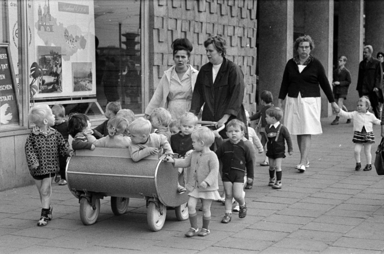 A totális kollektivizálás az óvodásokat sem kímélte. A többszemélyes babakocsi akár praktikusnak is tekinthető, de az már nem, hogy a keletnémet óvodákban a gyerekeknek egy hosszú vécépadon szorosan egymás mellett kellett ülniük mindaddig, amíg nem végzett mindenki a nagydolgával.