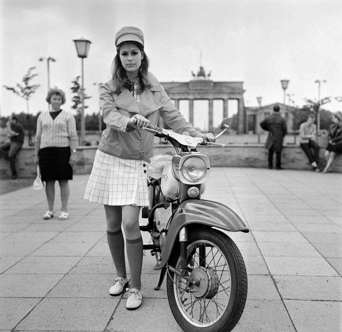 Bojár Sándor a magyar Autó-Motornak fotózta ezt a beállított képet. Az NDK-ban gyártott Simson-széria darabjait valamiért madarakról nevezték el. Ezen a képen a modell egy gyönyörűen fénylő Spatzot, azaz Verebet tart, amelyet 1964 és 1970 között gyártottak.