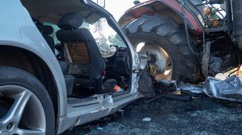 Traktornak ütközött a gyorshajtó Mercedes, senki nem volt bekötve, ketten meghaltak