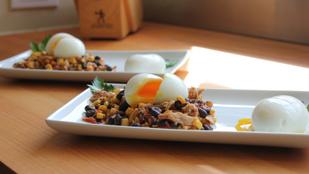 Különleges, meleg fogás: diós-babos saláta sült tojással