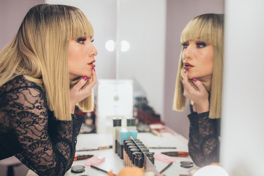 Buta szépségtrend hódít a neten: orruk alá ragasztják felső ajkukat a lányok