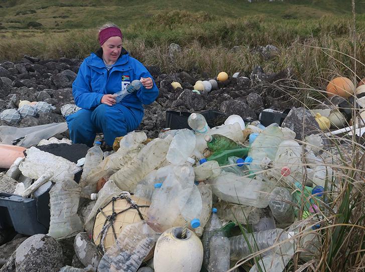 Maëlle Connan, a tanulmény társszerzője műanyag palackokat tanulmányoz a sziget egyik partszakaszán