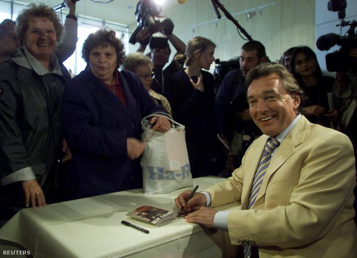 Karel Gott dedikálás közben Hannoverben 2000. június 7-én
