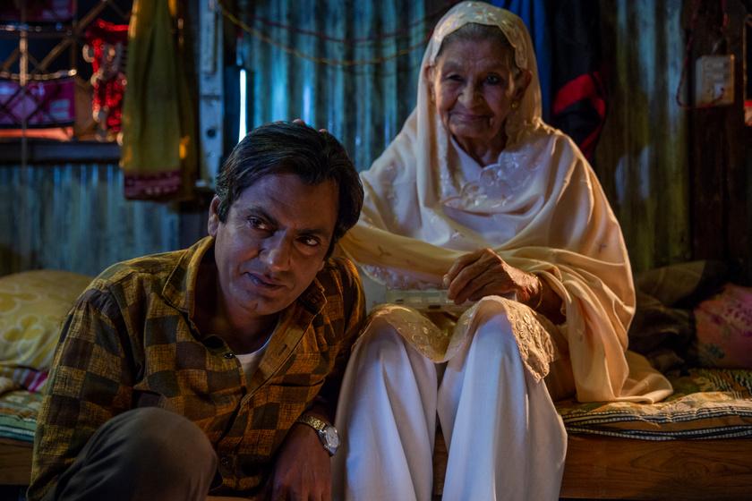 A fénykép című film egyik jelenete, képen a főszereplő Rafi és nagyanyja.