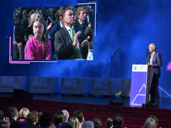 Alexander Van der Bellen osztrák elnök beszédet mond az R20 klímavédelmi csúcstalálkozón Bécsben 2019. május 28-án. A kivetítőn Greta Thunberg svéd környezetvédő aktivista és Arnold Schwarzenegger színész politikus Kalifornia állam korábbi kormányzója az R20 klímavédelmi szervezet vezetője.
