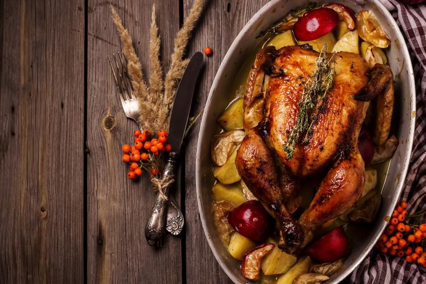 Fűszeres csirke egészben, vele sült almás, krumplis körettel: a hús bőre fényes, ropogós