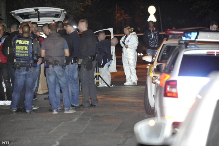 Rendőrök és bűnügyi helyszínelők a III. kerületi Ladik utcában ahol egy nő holttestét találták meg 2019. szeptember 28-án.