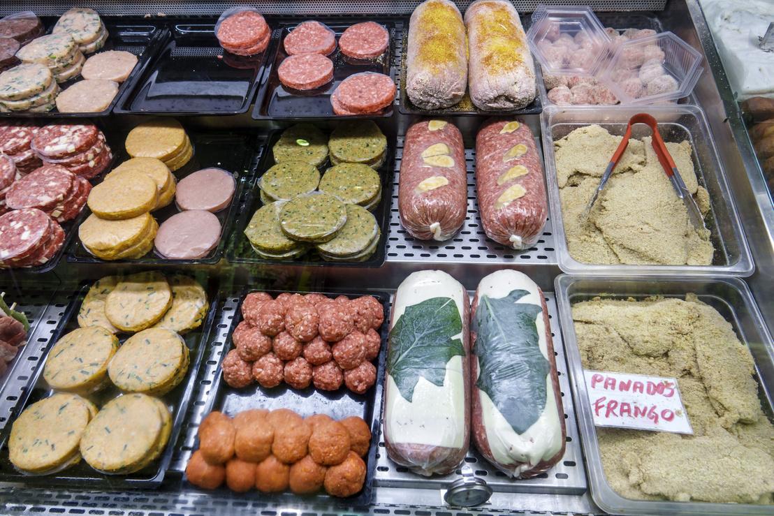 Feldolgozott húskészítmények egy szupermarket húspultjában