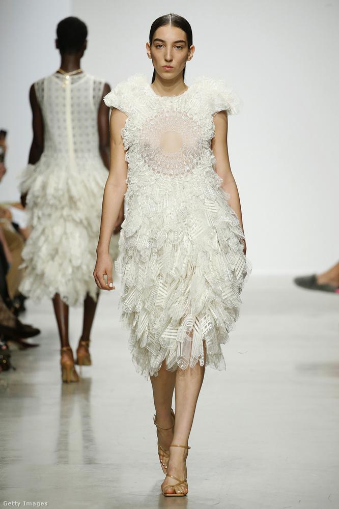 Rahul Mishra divatbemutatóján megintcsak a fehér átlátszatlan és áttetsző verzióival játszottak.