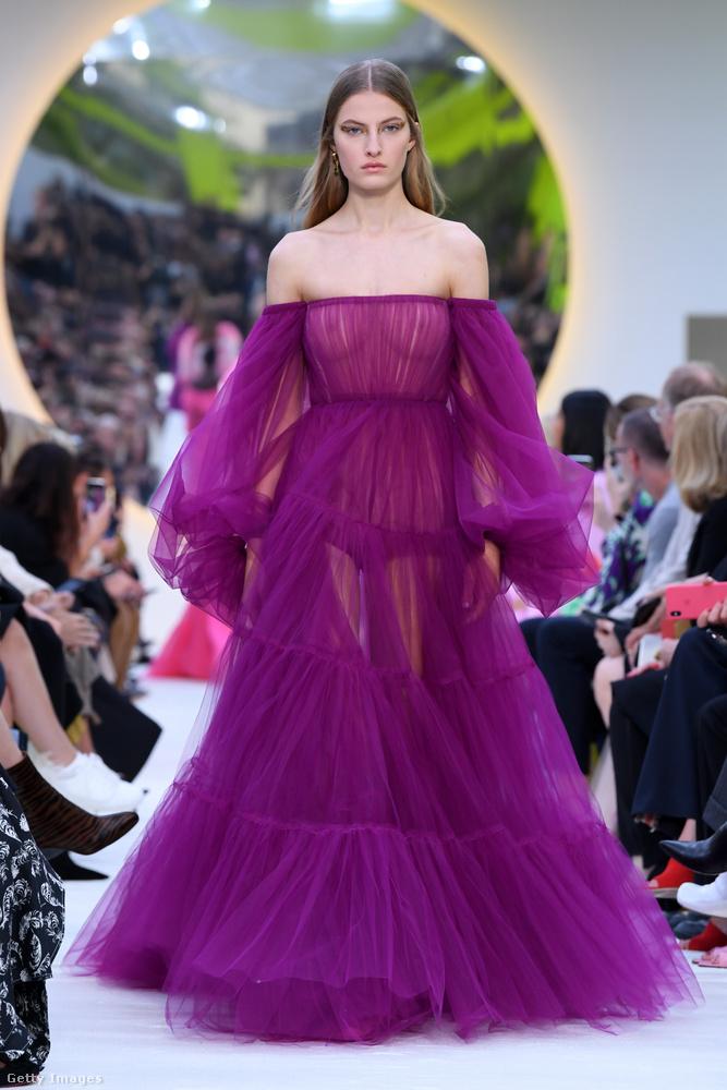 De a Valentino divatháznál is volt áttetsző felső, csak náluk lilában.