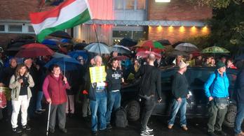 Többszázan tüntettek a TV2 épülete előtt