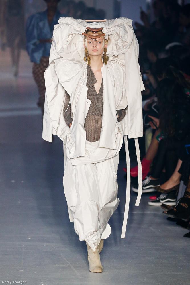 De persze ezek a legextrább modellek Vivienne Westwood divatházából, voltak itt azért valamivel szelídebb dolgok is, Bella Hadidot látta már? Ha nem kattintson ide, folytassa itt a nézegetést!