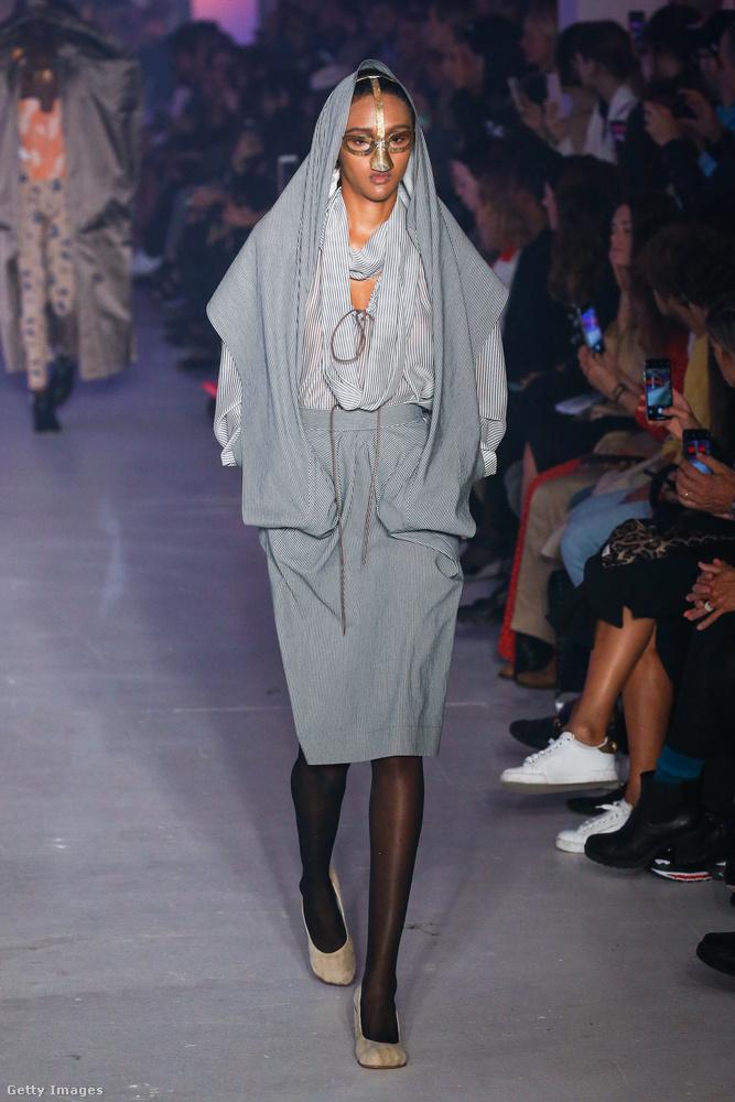 Az arcot takaró díszítések minimum 2015 óta fel-felbukkannak a divatbemutatókon, de valószínűleg nem túlzás azt állítani, hogy egyelőre nem kerültek be a nagyközönség kedvenc kiegészítői közé