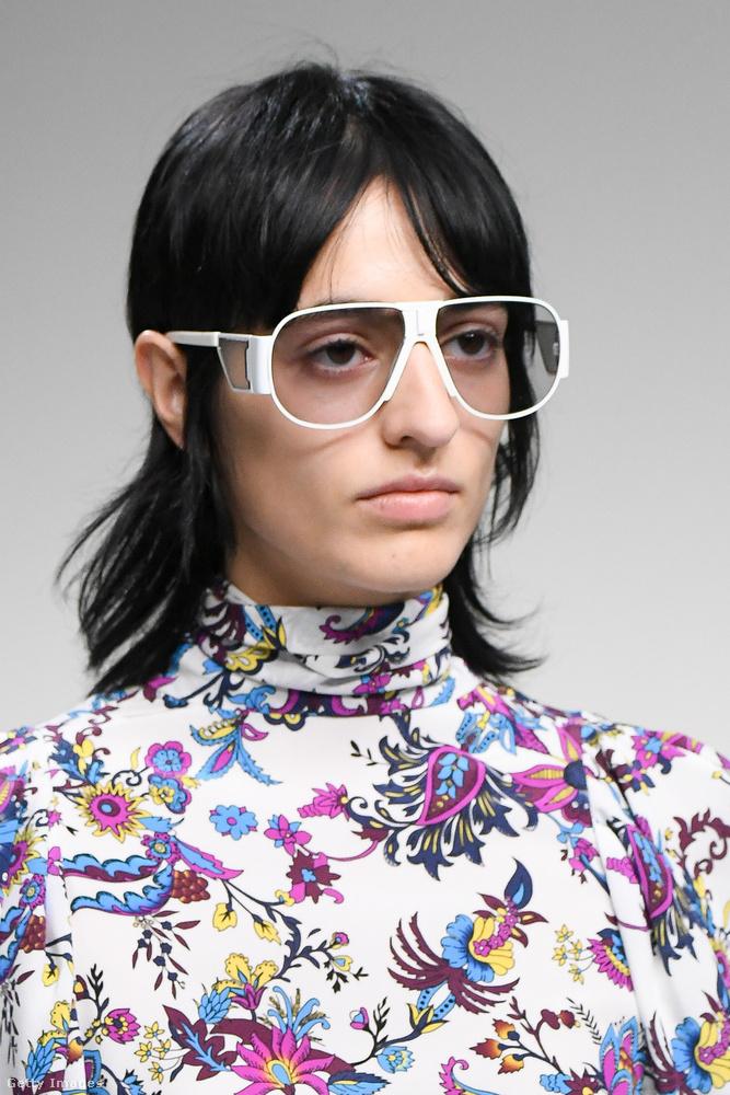 A Givenchy a nagyon retró frizurákat és szemüvegkereteket ajánlja.