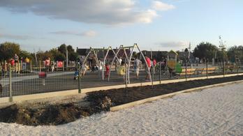 Félkész játszóteret adott át az önkormányzat, a gyerekek beleestek a munkagödrökbe