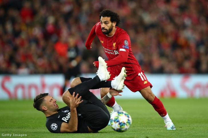 Mohamed Salah veszi célba a labdát a földön fekvő Szoboszlai Dominik mellett